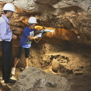 El equipo arqueológico del MARQ descubre una vasija intacta de más de 5.000 años en ARQUEOLOGÍA