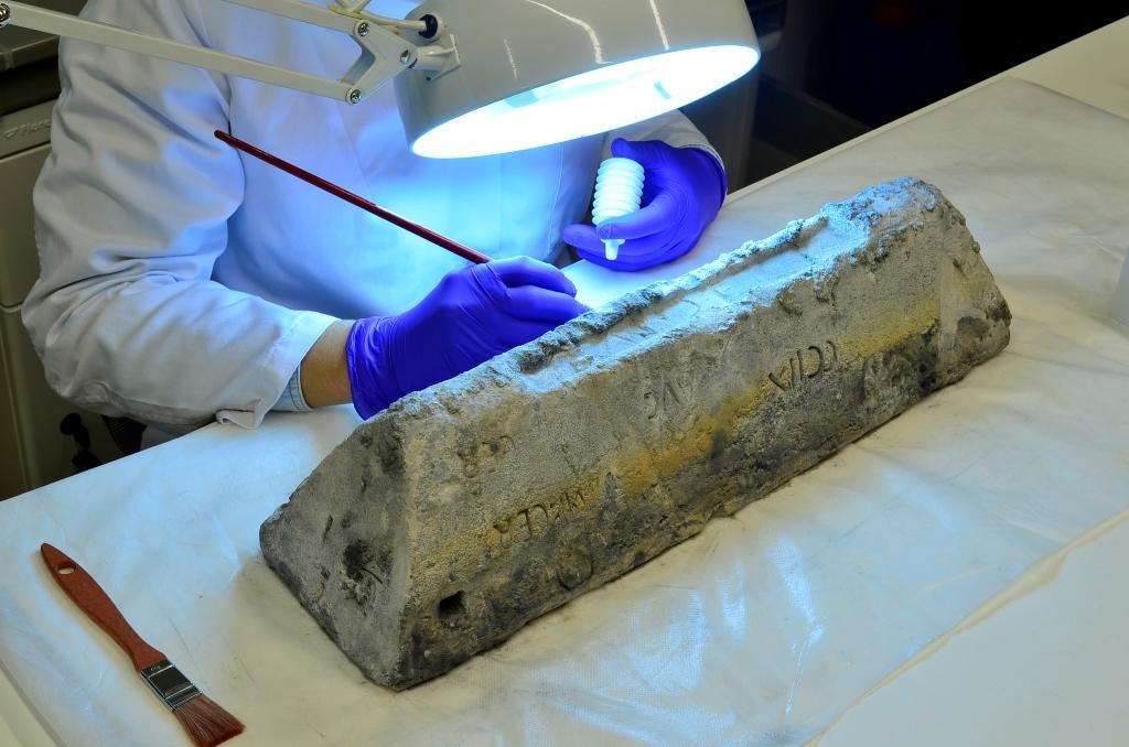 El Museo Arqueológico Nacional exhibe un lingote de plomo del pecio Bou Ferrer en ARQUEOLOGÍA