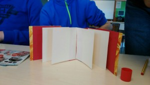 Encuadernando en un colegio de educación especial en ARTESANIA LETRAS