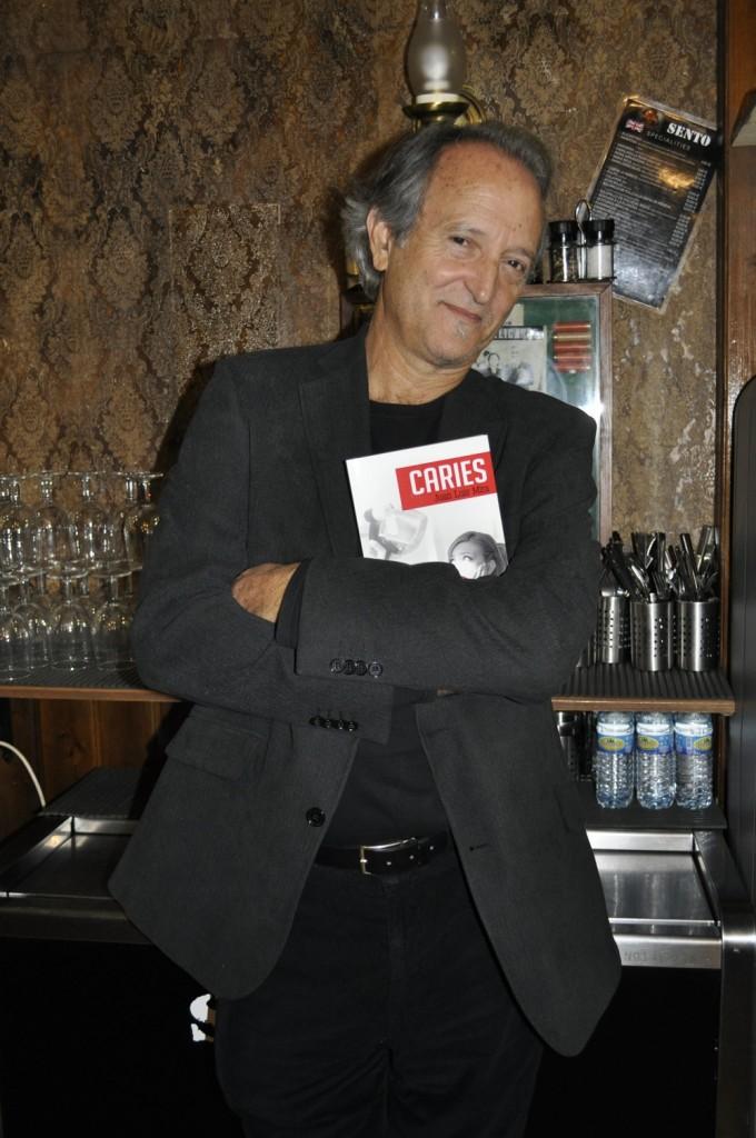 Juan Luis Mira presenta su primera novela, 'Caries', un thriller basado en hechos reales en LETRAS