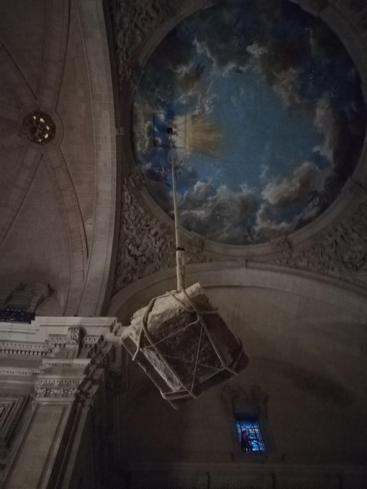 La representación del Misteri d'Elx contemplada desde el cielo de la Basílica o tramoya alta en ESCENA