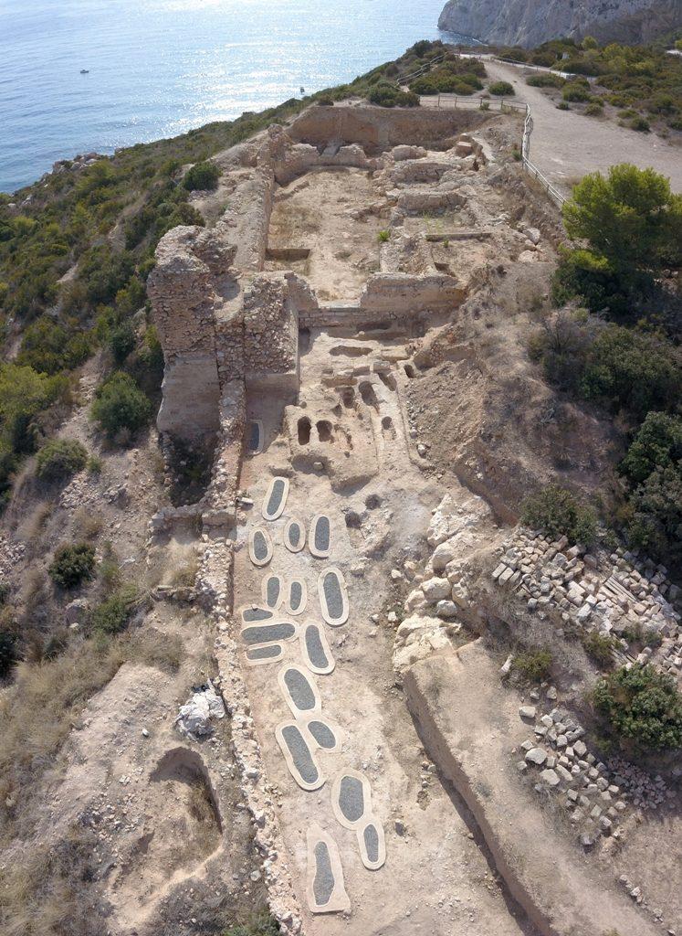 Los trabajos de excavaciones en la Pobla de Ifach descubren once tumbas nuevas en el área de la necrópolis  en ARQUEOLOGÍA