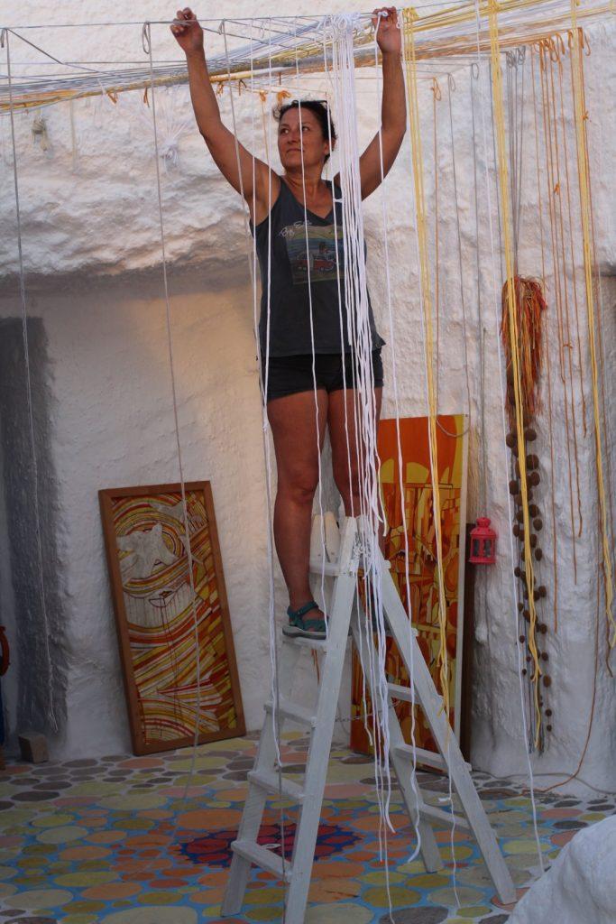 Magda Castell expone sus obras de trenzado en las Cuevas del Rodeo de Rojales en ARTESANIA